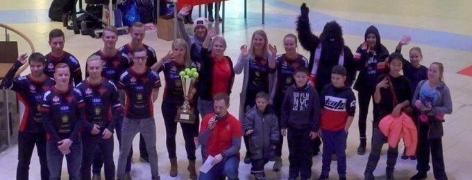 Video: No nyt nousee joulutunnelma – ihanat Manse PP:n pelaajat jakoivat haleja Tampereella!