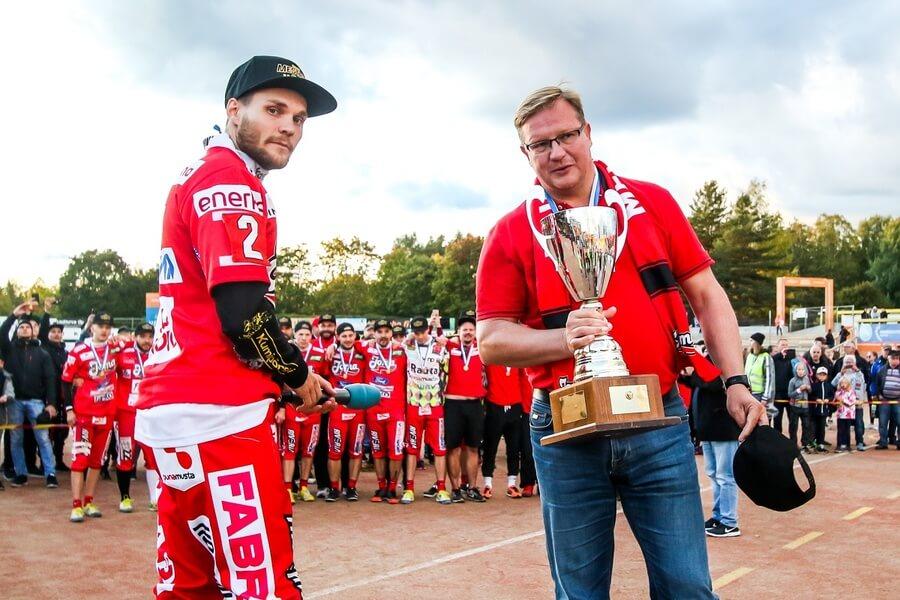 Ari Mononen sai arvostetun Joensuu-palkinnon – lahjoitti palkintosumman hyväntekeväisyyteen!