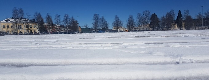 Kajaanin keskuskenttä lumen peitossa – keskiviikon superpesisottelu siirtyy