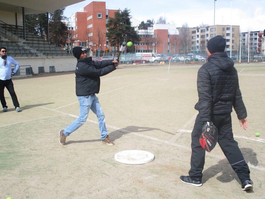 Lumisade ei pysäyttänyt maahanmuuttajien pesisinnostusta Kajaanissa