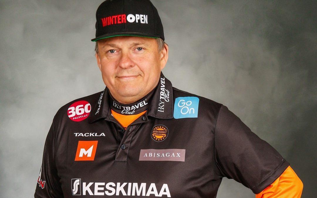 """Jussi """"Nalle"""" Viljanen johtaa peliä 500. naisten superpesisottelussaan keskiviikkona"""