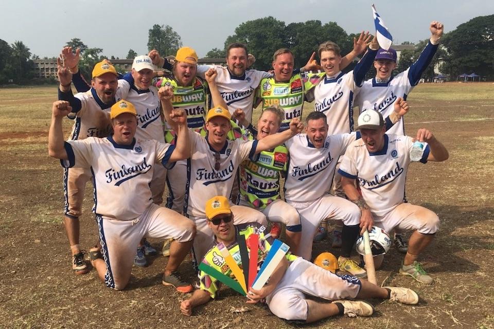 Suomi juhlii kolmea maailmanmestaruutta pesäpallossa!