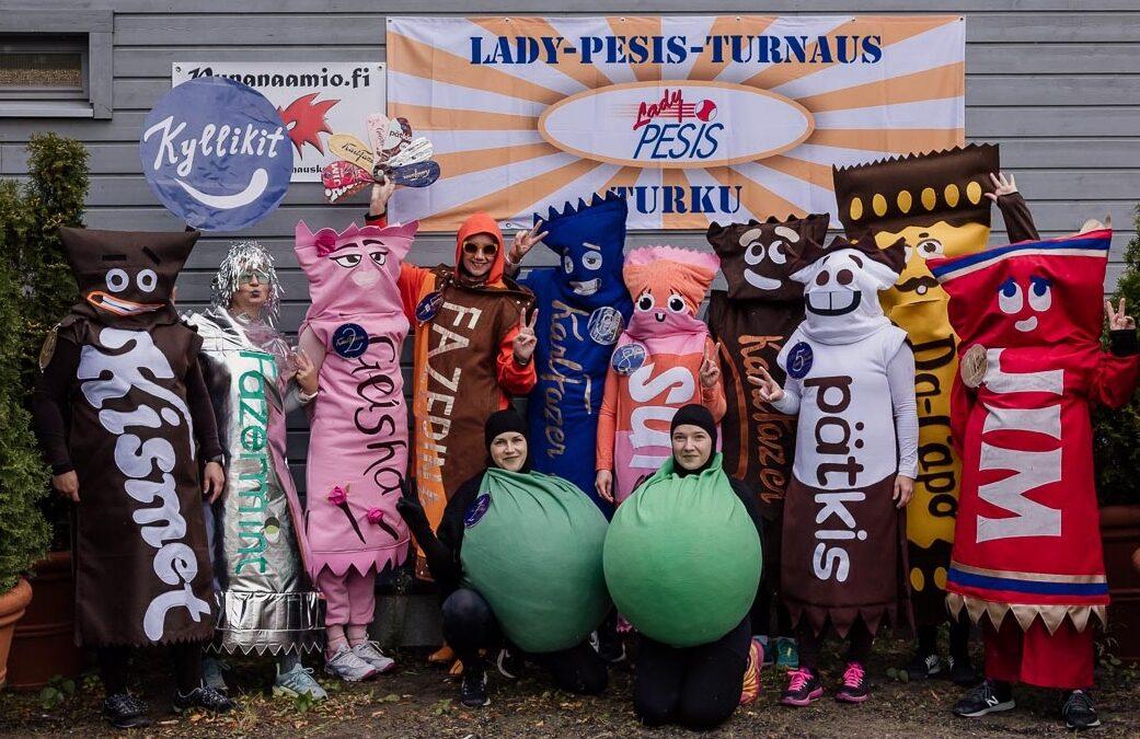 """Valtakunnallisessa Lady-Pesis-turnauksessa repäistiin hulvattomilla asuilla – """"vihreät kuulat palloilivat pesien välillä"""""""